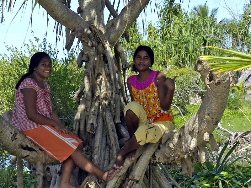kiribati-women-in-pandanus-tree